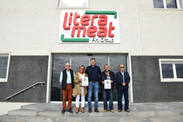 Litera Meat makes a donation for AECC Binéfar